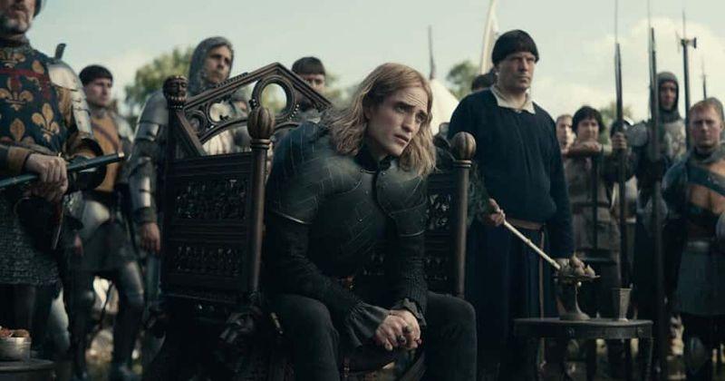 'The King'은 Timothée Chalamet이 괜찮은 Henry V를 연기하는 것을 보았지만 Robert Pattinson의 적대적인 Dauphin이 쇼를 훔칩니다.