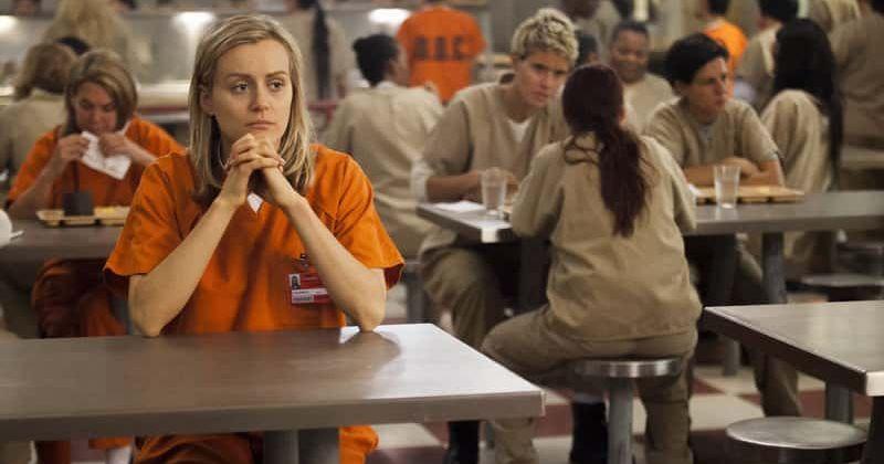 O primeiro look da temporada final de 'Orange Is The New Black' mostra o elenco cantando junto com a música-tema dos créditos de abertura