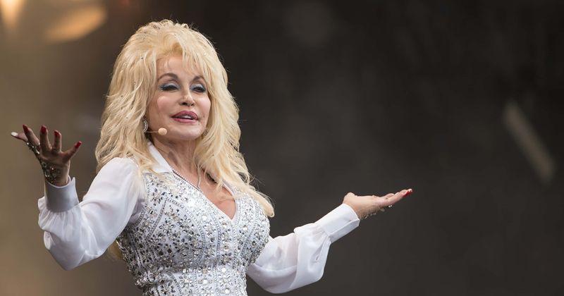 Como Dolly Parton se tornou uma heroína da saúde após a cirurgia de 40DD em 'Virginia Twins', a ajuda da Covid-19 e a luta contra o câncer