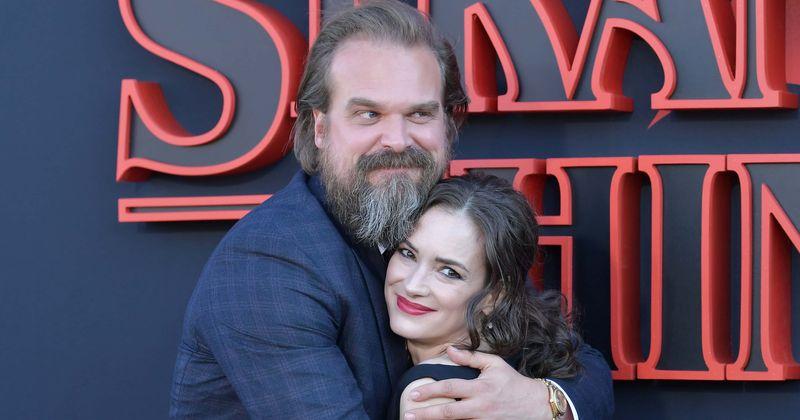 Hopper og Joyce fra 'Stranger Things' daterte seg på videregående, sier skuespillerne Winona Ryder og David Harbor