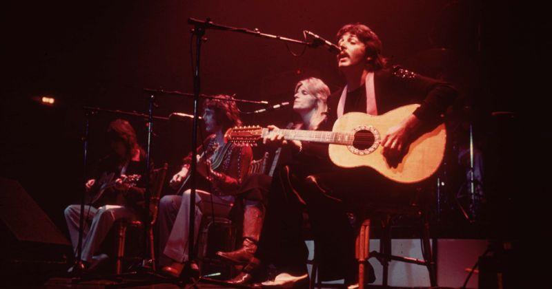 O que há de errado nisso? Como Paul McCartney e Wings contra-atacaram John Lennon com o hit nº 1 'Silly Love Songs'