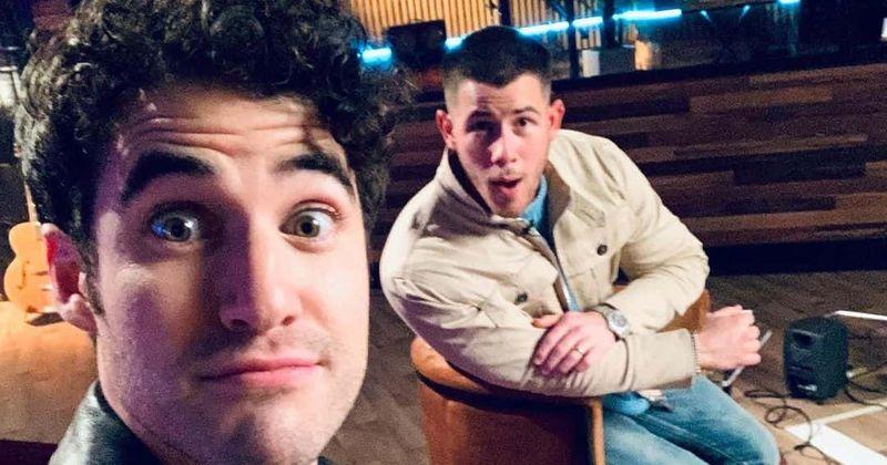 'The Voice' 20. sezona: Darens Kriss pievienojas Nika komandai kā slavenību mentoram, tāpēc viņu sauc par 'Bonus Jonas'
