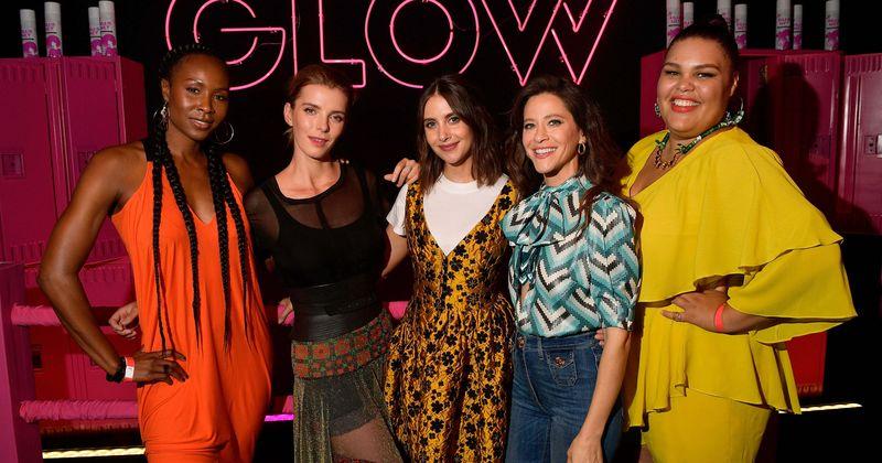 A estrela de 'GLOW' da Netflix, Britney Young, revela 'nós não temos dublês', provando o que está reservado para a 2ª temporada