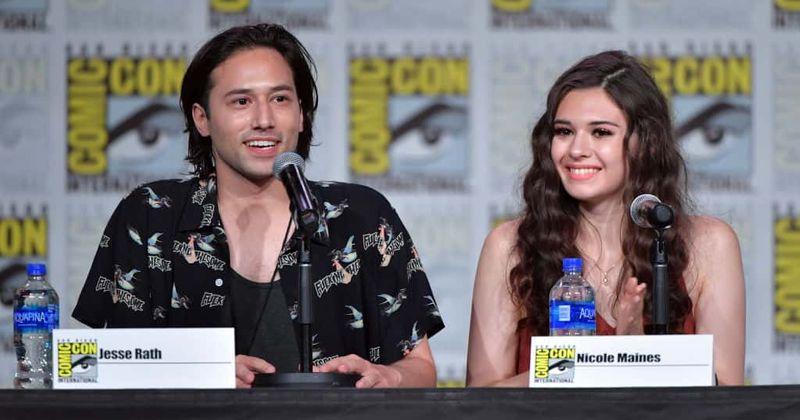 SDCC 2019: [Эксклюзивті] 'Supergirl' 5 маусымы Брэйни мен Нияның жаңа туындайтын романтикасын зерттейді және бұл біркелкі болмайды, шоу жұлдыздары ескертеді