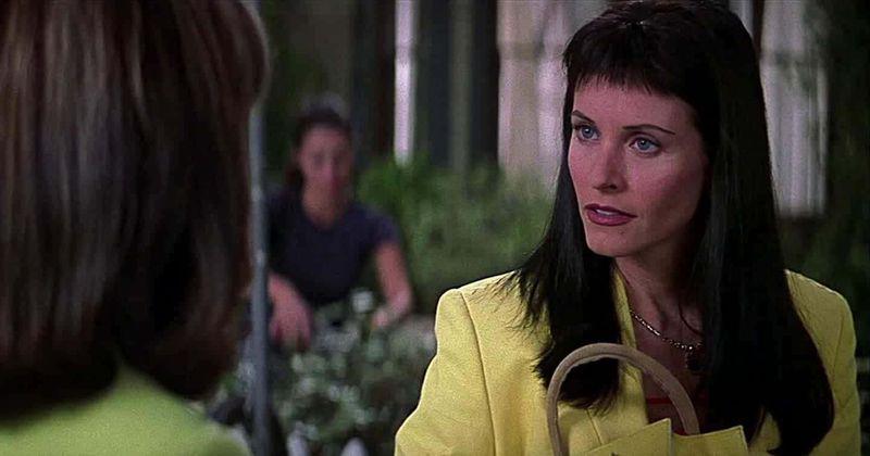 Tendências 'Scream 3' que reavivam as memórias dos estrondos TERF de Courteney Cox e comparações com os auto-cortes de cabelo bloqueados