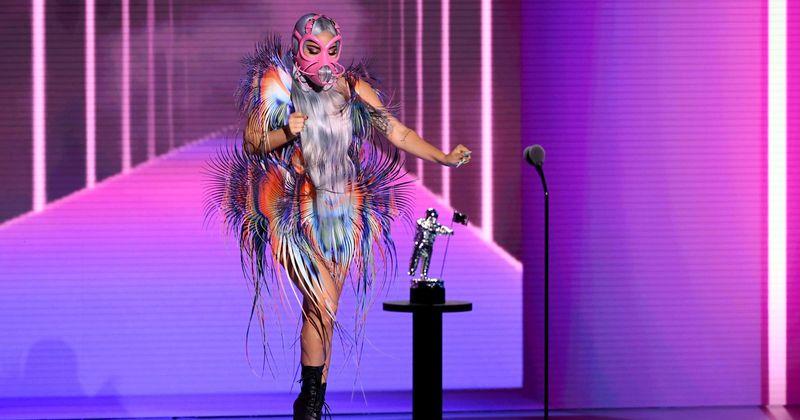 MTV VMAs 2020: Mau funcionamento do guarda-roupa de Lady Gaga deixa os fãs horrorizados, mas a superstar ateia fogo ao palco com 'Rain On Me'