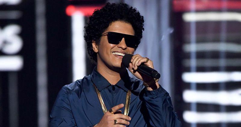 Je Bruno Mars črn? Navijači vračajo pevca med očitki o 'prisvajanju kulture': 'Can't Hispanic people sing R&B'