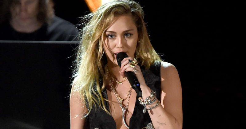 Na intimni naslovnici Miley Cyrus pesmi Pink Floyd 'Wish You Were Here' so oboževalci zaljubljeni v njeno rock renčanje