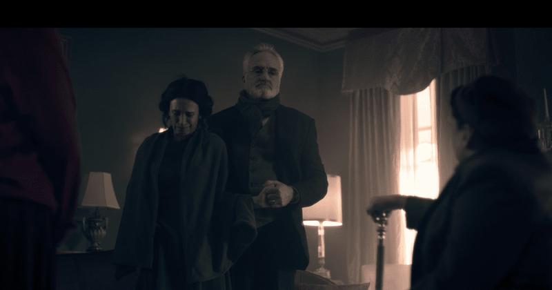 O episódio 10 da terceira temporada de 'The Handmaid's Tale' lança o Comandante Lawrence em uma pirueta e o vê como prisioneiro da Gileade que ele ajudou a criar