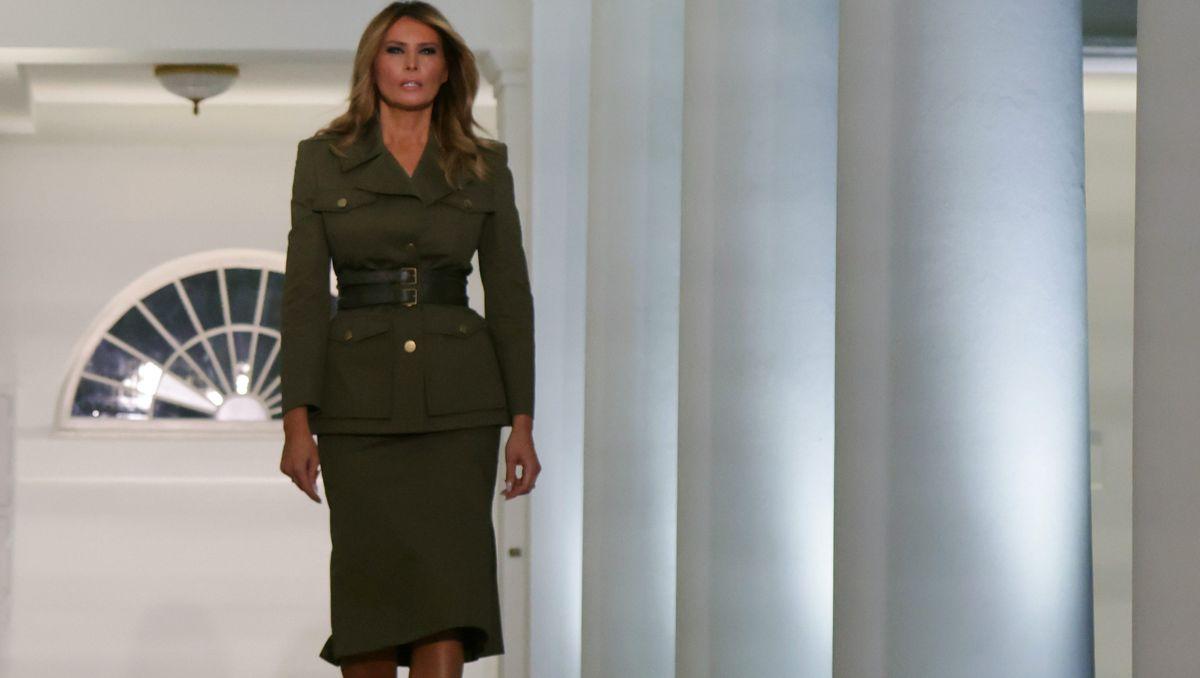 Melania Trump nosi obleko vojaške jakne McQueen, ki privlači oči, za govor RNC