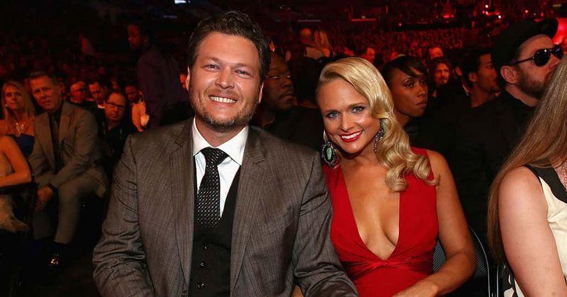 Blake Shelton aparentemente jogou alguma sombra em sua ex-esposa Miranda Lambert com seu tweet de 'Karma'
