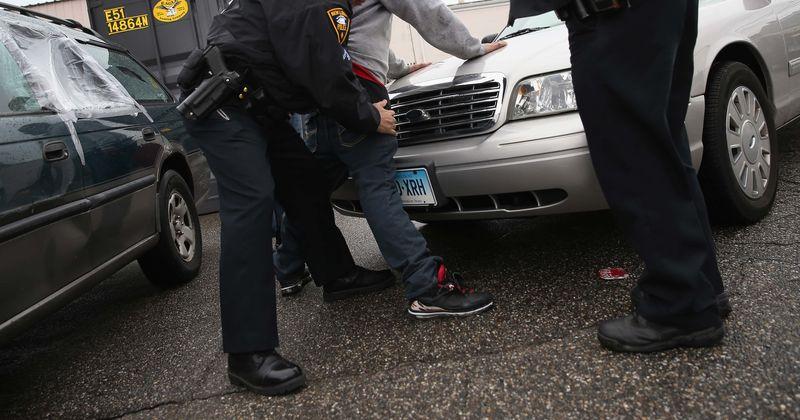 Mulher do Texas que teve as calças puxadas e o absorvente interno removido em público por policiais durante a busca por drogas para obter um acordo de $ 205.000