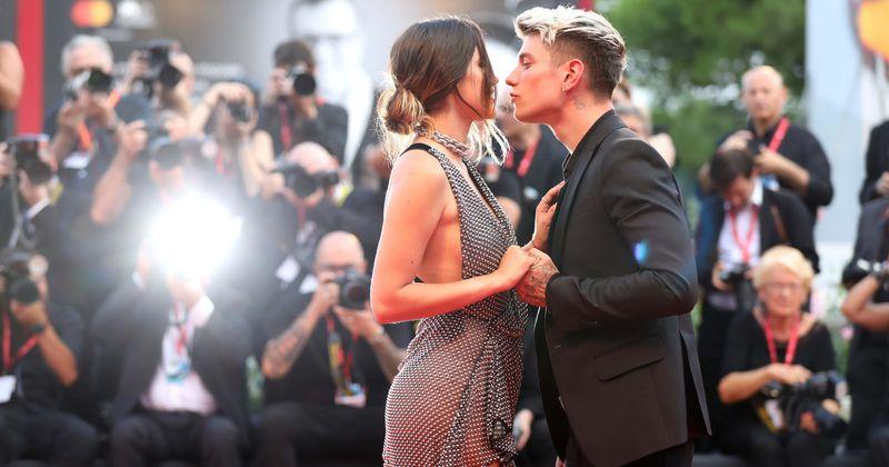 Bella Thorne fecha os lábios com o novo namorado Benjamin Mascolo enquanto mostra uma tanga em um vestido transparente na estreia de 'Joker'
