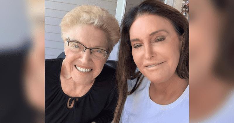 Caitlyn Jenner se reúne com sua mãe Esther, 93, enquanto sua parceira Sophia Hutchins está fora