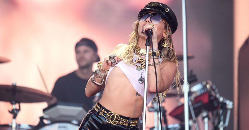 Մայլի Սայրուսը թոփլես է անցնում Rolling Stone- ի շապիկի համար. Ինտերնետում ասվում է, որ «մանկությունը փչացել է», քանի որ Hannah Montana- ն «մերկ» է