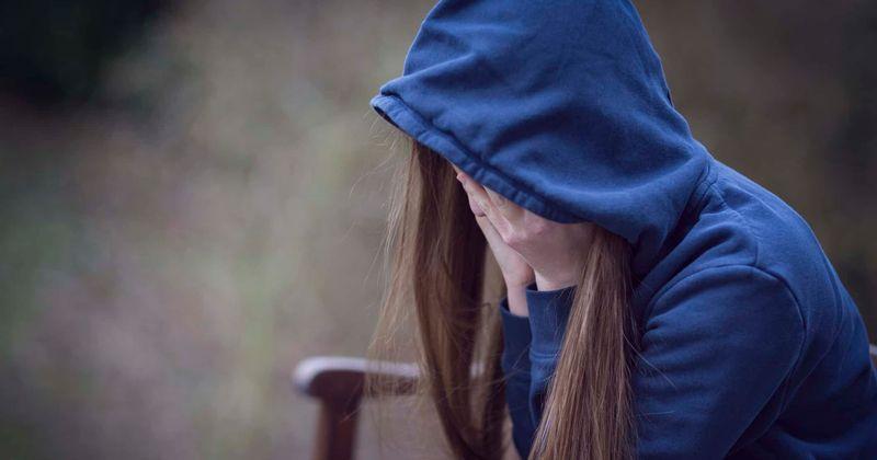 Mãe de menina que se matou depois de ser estuprada por uma gangue encontra uma nota devastadora quatro anos depois