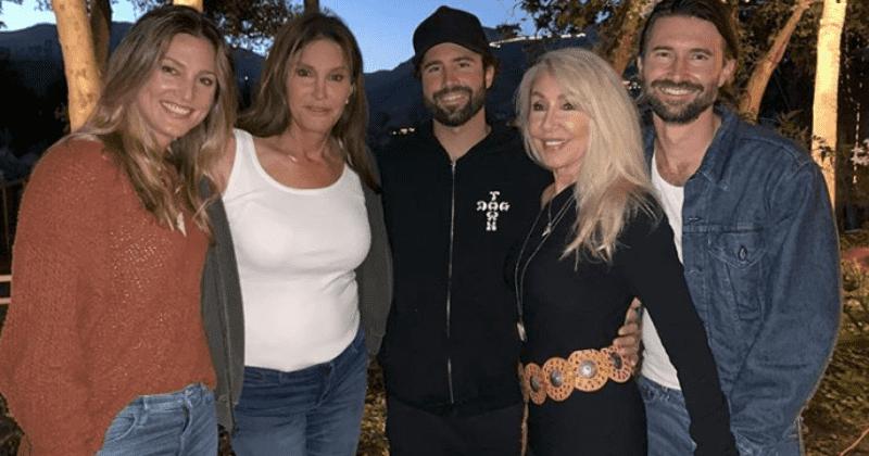 Caitlyn Jenner apóia o filho Brandon durante a filmagem do videoclipe, reencontra-se com a ex-esposa Linda Thompson