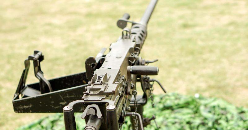 Atirador do SAS mata comandante terrorista com uma metralhadora Browning calibre .50 a 1,5 MILHAS de distância