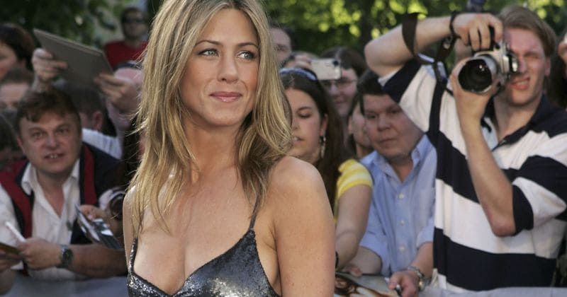 O hairstylist de Jennifer Aniston, Chris McMillan, compartilha uma foto de topless da atriz em seu 50º aniversário