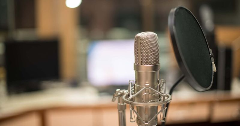A voz de Peppa Pig, Harley Bird, ganha £ 1.000 por hora e ela ainda tem APENAS 16 anos!