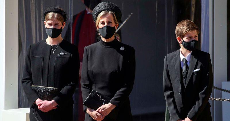 Sophie Wessex, a esposa do Príncipe Edward, chega à Capela de São Jorge com um casaco preto até o tornozelo e salto alto