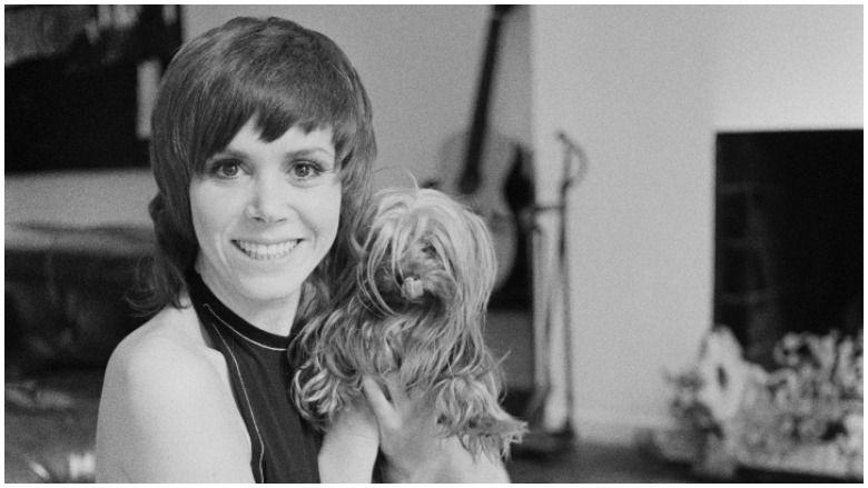 Judy Carne, primeira esposa de Burt Reynolds: 5 fatos rápidos que você precisa saber