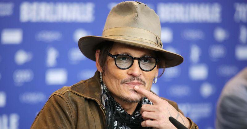 Qualcuno ha usato il telefono di Johnny Depp per inviare un messaggio al suo medico sostenendo che lui stesso si era tagliato il dito?