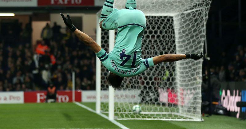 Mia Khalifa faz uma participação acidental na cobertura de notícias esportivas ao vivo enquanto comemora o gol de Watford contra o Arsenal