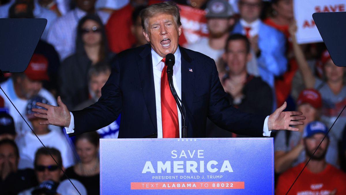 SE: Trump reagerer på boos efter at have sagt til Rally at 'Tag vaccinerne'